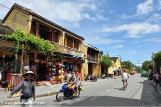 A peaceful morning in Hoi An ancient town