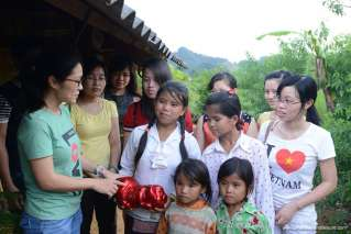 Raising fund to help poor people in Moc Chau