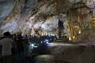 Many tourists come to admire Paradise Cave