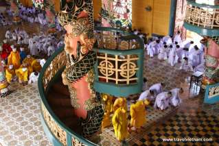 The ceremony at noon in Cao Dai Temple